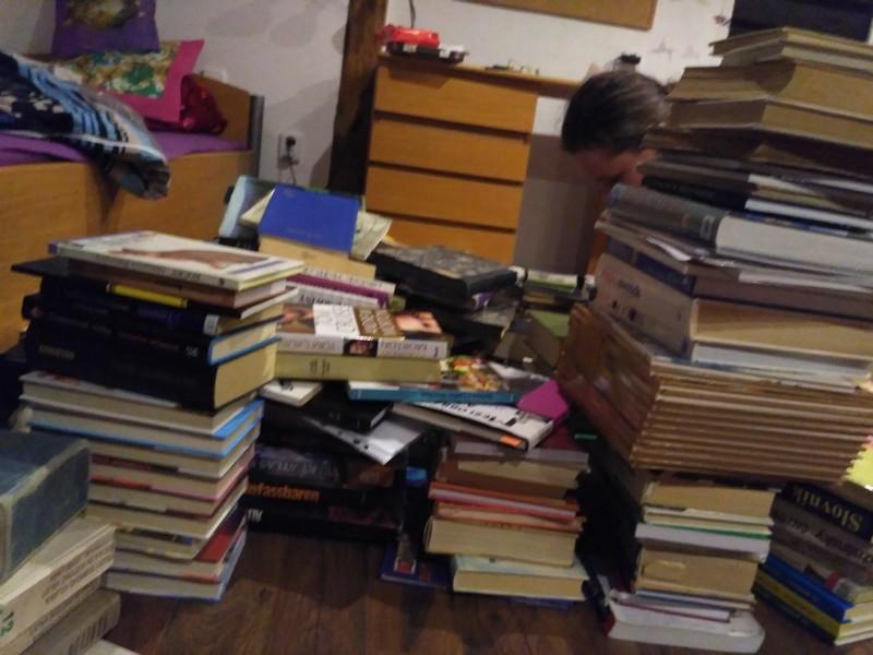 """""""Všechny tyhle knihy patřily slečně Lucii, ale už dělají radost někde jinde."""""""